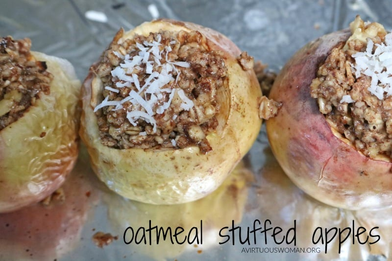 Oatmeal Stuffed Apples | Easy, Healthy Recipe @ AVirtuousWoman.org #breakfast #easyrecipe #fallrecipes